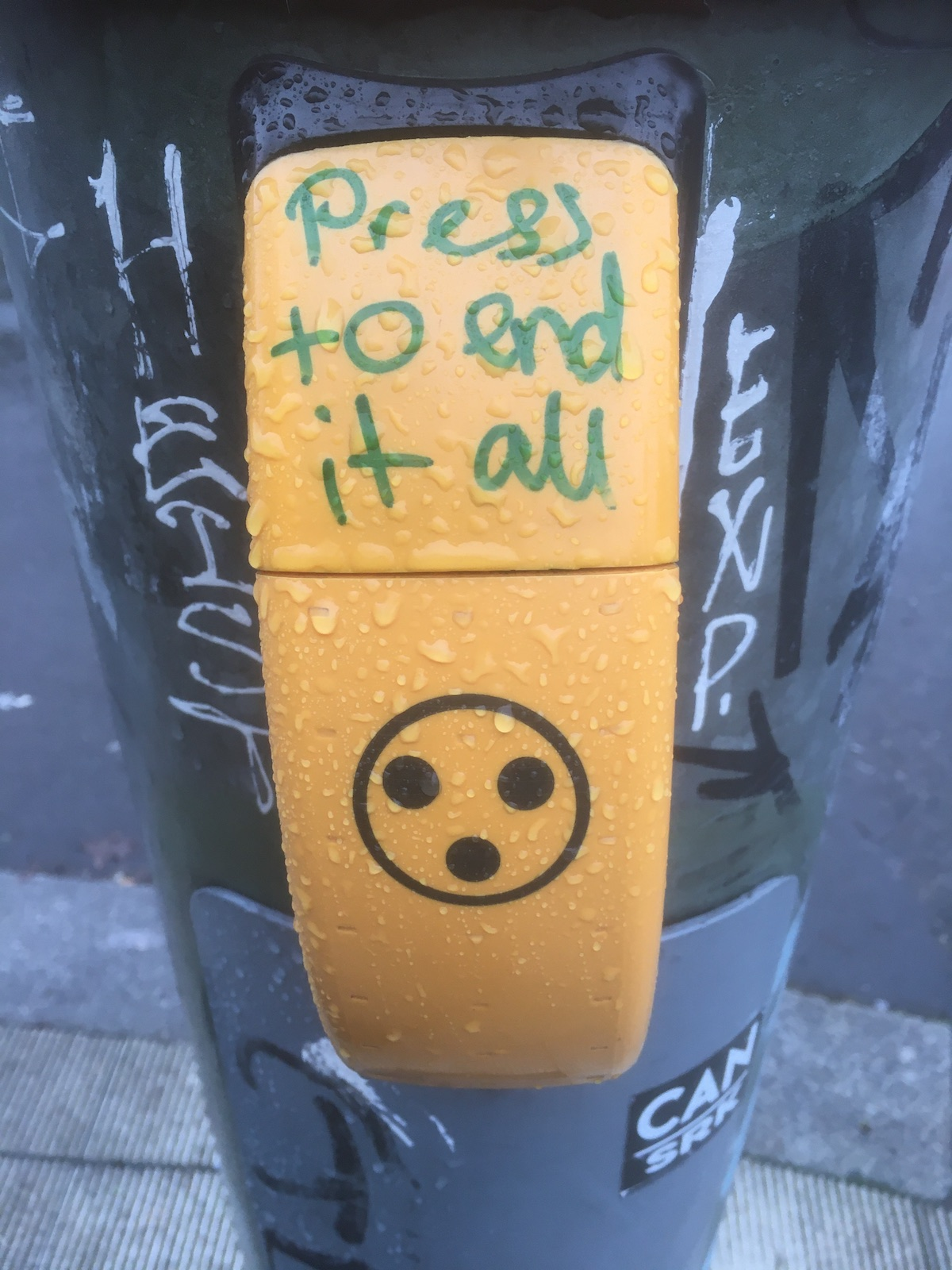 """Handschrift über dem Druckknopf einer -ampel:  """"Press to end it all."""""""